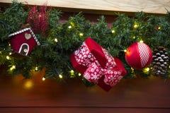 Decoración de la Navidad con las bolas, las flores, las cestas, el árbol y el ligh Foto de archivo libre de regalías