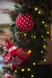 Decoración de la Navidad con las bolas, las flores, las cestas, el árbol y el ligh Imagenes de archivo