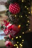 Decoración de la Navidad con las bolas, las flores, las cestas, el árbol y el ligh Fotografía de archivo libre de regalías