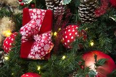 Decoración de la Navidad con las bolas, las flores, las cestas, el árbol y el regalo Imagen de archivo libre de regalías