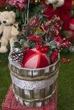 Decoración de la Navidad con las bolas, las flores, las cestas, el árbol y el regalo Imágenes de archivo libres de regalías
