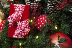 Decoración de la Navidad con las bolas, las flores, las cestas, el árbol y el regalo Foto de archivo libre de regalías