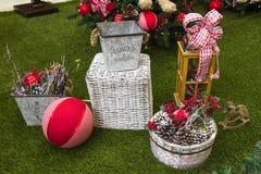 Decoración de la Navidad con las bolas, las flores, las cestas y el árbol Imágenes de archivo libres de regalías