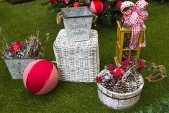 Decoración de la Navidad con las bolas, las flores, las cestas y el árbol Foto de archivo libre de regalías