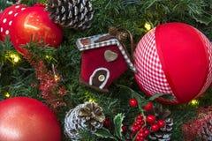 Decoración de la Navidad con las bolas, las flores, las cestas y el árbol Imagen de archivo