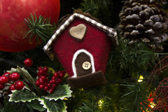 Decoración de la Navidad con las bolas, las flores, las cestas y el árbol Imagen de archivo libre de regalías