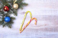 Decoración de la Navidad con las bolas, los dulces y la letra coloridos en una mesa de madera imagen de archivo
