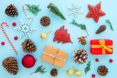 Decoración de la Navidad con las cajas y el ornamento de regalo en fondo azul Imagen de archivo libre de regalías