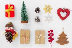 Decoración de la Navidad con las cajas y el ornamento de regalo en el fondo blanco Imagen de archivo libre de regalías
