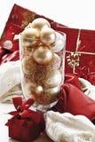 Decoración de la Navidad con las chucherías de la Navidad en el buque de cristal Foto de archivo libre de regalías