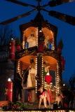 Decoración de la Navidad con las figuras en la noche en el mercado de la Navidad - Weihnachtsmarkt - en Stuttgart, Alemania Imagenes de archivo