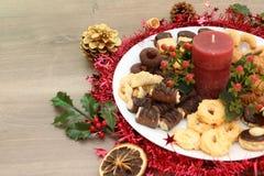 Decoración de la Navidad con las galletas hechas en casa y Navidad festivas Foto de archivo