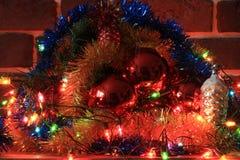 Decoración de la Navidad con las luces, la lluvia y las bolas Foto de archivo