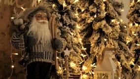 Decoración de la Navidad con las ramas de árbol de navidad Concepto de las vacaciones de invierno Estilo retro Figura de Papá Noe almacen de metraje de vídeo