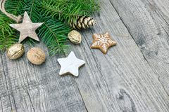 Decoración de la Navidad con las ramas del abeto, galletas del pan de jengibre y Imagenes de archivo