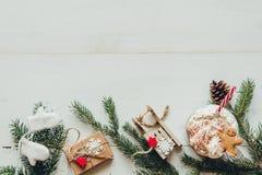 Decoración de la Navidad con las ramas del abeto y bebida caliente del invierno en la tabla blanca de madera Imagen de archivo libre de regalías