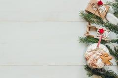 Decoración de la Navidad con las ramas del abeto y bebida caliente del invierno en la tabla blanca de madera Fotos de archivo