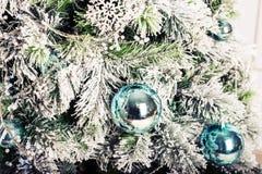 Decoración de la Navidad con las ramas del abeto y las bolas de Navidad Fotografía de archivo