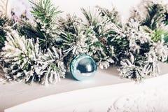 Decoración de la Navidad con las ramas del abeto y las bolas de Navidad Fotografía de archivo libre de regalías