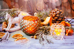 Decoración de la Navidad con las ramas nevadas del abeto Imagenes de archivo