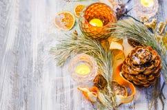 Decoración de la Navidad con las ramas nevadas del abeto Foto de archivo libre de regalías