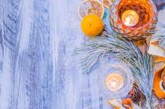 Decoración de la Navidad con las ramas nevadas del abeto Fotografía de archivo