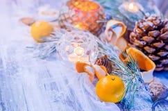 Decoración de la Navidad con las ramas nevadas del abeto Foto de archivo