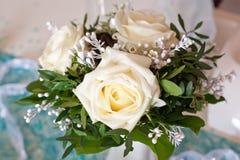 Decoración de la Navidad con las rosas blancas Imagen de archivo