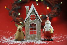 Decoración de la Navidad con las velas aromáticas imágenes de archivo libres de regalías