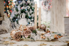 Decoración de la Navidad con las velas, conos del pino en la tabla Fotos de archivo libres de regalías