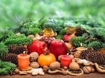 Decoración de la Navidad con las velas Frutas y galletas Imágenes de archivo libres de regalías