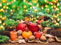 Decoración de la Navidad con las velas Luces Defocused Fotografía de archivo libre de regalías