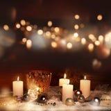 Decoración de la Navidad con las velas y el bokeh Fotos de archivo libres de regalías