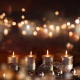 Decoración de la Navidad con las velas y el bokeh Imagen de archivo