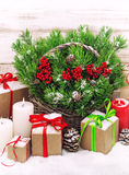 Decoración de la Navidad con las velas y la caja de regalo ardientes Imagen de archivo