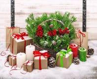 Decoración de la Navidad con las velas y la caja de regalo ardientes Fotos de archivo
