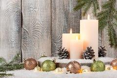 Decoración de la Navidad con las velas y la guirnalda Imagenes de archivo