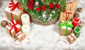 Decoración de la Navidad con las velas y las cajas de regalo Imágenes de archivo libres de regalías