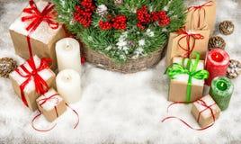 Decoración de la Navidad con las velas y las cajas de regalo ardientes Fotografía de archivo