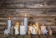 Decoración de la Navidad con las velas y los ángeles en backgroun de madera Fotografía de archivo