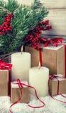 Decoración de la Navidad con las velas y los regalos ardientes Pocilga del vintage Fotografía de archivo