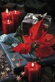Decoración de la Navidad con las velas y los regalos de Navidad Foto de archivo libre de regalías