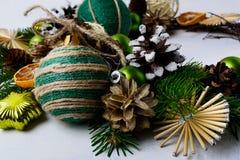 Decoración de la Navidad con los conos nevosos del pino y la chuchería rústica Fotos de archivo