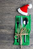 Decoración de la Navidad con los cubiertos en una servilleta con una rama fresca de un punto del pino, atada con un arco fino Vis Fotografía de archivo libre de regalías