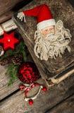 Decoración de la Navidad con los juguetes antiguos en fondo de madera Foto de archivo