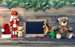 Decoración de la Navidad con los juguetes y la pizarra antiguos Imágenes de archivo libres de regalías