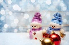 Decoración de la Navidad con los muñecos de nieve y las bolas de la Navidad Imagen de archivo