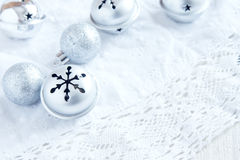 Decoración de la Navidad con los ornamentos de plata Imagenes de archivo