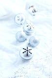 Decoración de la Navidad con los ornamentos de plata Fotografía de archivo libre de regalías