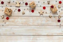 Decoración de la Navidad con los presentes, los copos de nieve y las estrellas en un wo Fotos de archivo libres de regalías